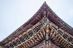 Estrutura de madeira do telhado chinês tradicional do pagode no monastério de Kumbum foto de stock
