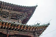 Estrutura de madeira do telhado chinês tradicional do pagode no monastério de Kumbum imagem de stock