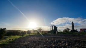 Estrutura de Parthenonic com sol e céu fotos de stock royalty free