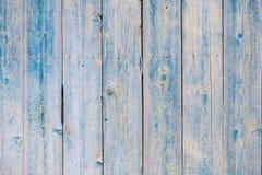 Estrutura de placas de madeira verticais com um fundo azul Imagens de Stock
