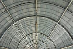 Estrutura de telhado da curva do metal foto de stock