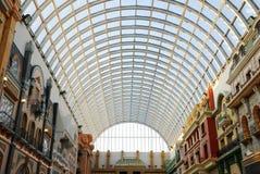 Estrutura de telhado de vidro na alameda ocidental de edmonton imagens de stock