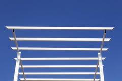 Estrutura de telhado do metal no céu azul Imagem de Stock