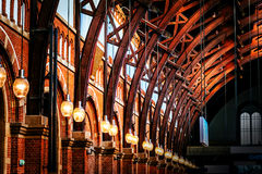 Estrutura de telhado velha do vintage no estação de caminhos-de-ferro em Copenhaga, Denma foto de stock