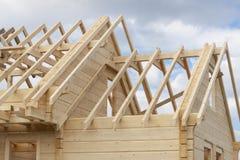 Estrutura de uma casa de madeira sob a construção foto de stock