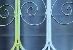 Estrutura decorativa do metal sobre a janela de vidro Vidro de janela azul empoeirado Imagem de Stock Royalty Free