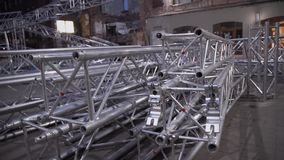 Estrutura destacada da construção enorme do alumínio da fase colocada entre casas velhas video estoque