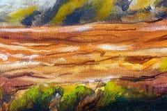 Estrutura do log de madeira coberta com o musgo no beira-rio, detalhe da pintura do close up Fotografia de Stock