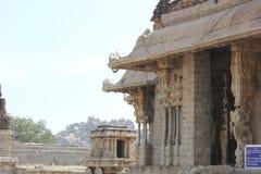 Estrutura do mantap do templo de Hampi Vittala com gancho do teto fotografia de stock
