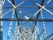 Estrutura do metal da ponte contra o céu imagens de stock royalty free