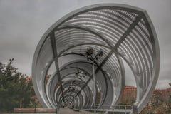 Estrutura do metal do passadiço de Arganzuela no rio Manzanares imagens de stock