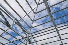 Estrutura do quadro de aço do telhado no canteiro de obras Imagem de Stock