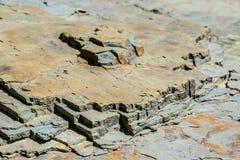Estrutura do sopro da pedra maci?a no banco de rio fotografia de stock