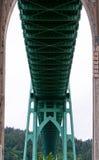 Estrutura e apoios verdes da ponte do metal Foto de Stock Royalty Free