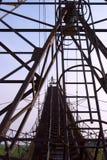 Estrutura enorme do metal com um homem nela Fotos de Stock Royalty Free