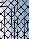 Estrutura incomum geométrica com as barras de madeira cruzadas Fotografia de Stock Royalty Free