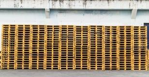 Estrutura lisa do transporte do patim de madeira da pálete que apoia quando seja Foto de Stock Royalty Free