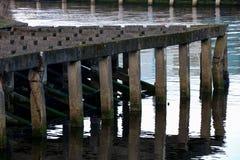Estrutura litoral concreta velha das amarrações do molhe Imagem de Stock