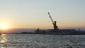 Estrutura maciça do guindaste da armação de aço na planta industrial, porto marítimo, lento-mo filme