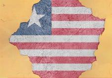 Estrutura material quebrada bandeira da fachada de Libéria no furo concreto grande Imagem de Stock Royalty Free