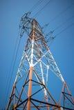 Estrutura metálica com fios elétricos de alta tensão fotos de stock royalty free