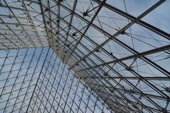 Estrutura piramidal do metal e do vidro fotografia de stock
