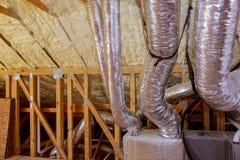 Estrutura que mostra a tubulação de cobre do encanamento e os respiradouros da ATAC que estão sendo instalados fotos de stock royalty free