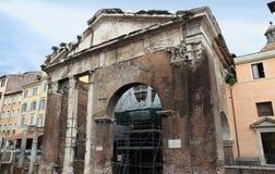 Estrutura romana antiga de Porticus Octaviae em Roma Itália fotografia de stock