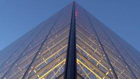 Estrutura simétrica da pirâmide do Louvre, construção iluminada famosa na noite filme