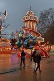 Estruturas coloridas brilhantemente iluminadas do recinto de diversão Imagens de Stock Royalty Free