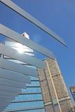 Estruturas com construção alta da elevação no fundo Fotografia de Stock Royalty Free