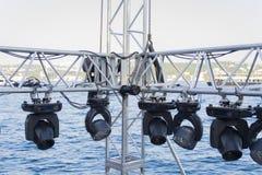 Estruturas do equipamento dos projetores da iluminação de fase; preparação do concerto imagem de stock