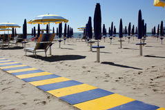 Estruturas do guarda-chuva que esperam na praia Fotografia de Stock