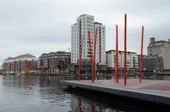 Estruturas vermelhas do metal no quadrado de Grand Canal no rio Liffey em Dublin, Irlanda Foto de Stock Royalty Free