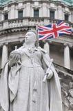 Estátua da rainha Victoria com bandeira de união atrás Fotos de Stock Royalty Free