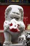Estátua de pedra do leão na neve Fotos de Stock Royalty Free