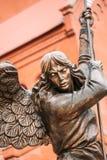 Estátua do arcanjo Michael With Outstretched Wings Before C vermelho Imagem de Stock