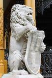 Estátua do leão com protetor Fotos de Stock Royalty Free