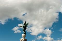Estátua e céu azul com a nuvem em Viena, Áustria 2015 Foto de Stock