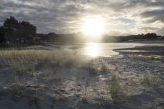 Estuário da boca de rio de Pakiri no Northland Nova Zelândia NZ da praia de Pakiri foto de stock