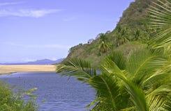 Estuaire avec le banc de sable par l'océan pacifique photos stock