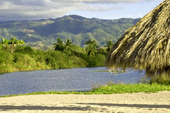 Estuaire de l'océan pacifique avec la sierra montagnes de Madre photos stock