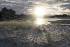 Estuario della foce di Pakiri al Northland Nuova Zelanda NZ della spiaggia di Pakiri fotografia stock