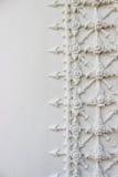 Estuco blanco, estilo tailandés en la pared Imagen de archivo