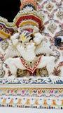 Estuco mitológico del mono del estilo tailandés debajo de la ventana en el templo Imagenes de archivo