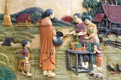 Estuco tailandés de la cultura nativa en la pared del templo Foto de archivo