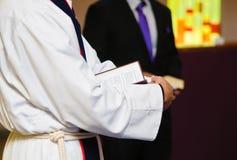 Estudando a Bíblia Imagens de Stock Royalty Free