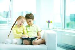 Estudando crianças imagens de stock