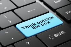 Estudando o conceito: Pense fora da caixa no fundo do teclado de computador Fotografia de Stock