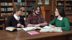 Estudando o processo na biblioteca filme
